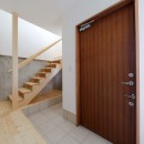 傾斜地を活かしたスタジオルームのある家の写真 玄関