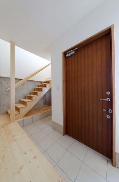 傾斜地を活かしたスタジオルームのある家 (玄関)