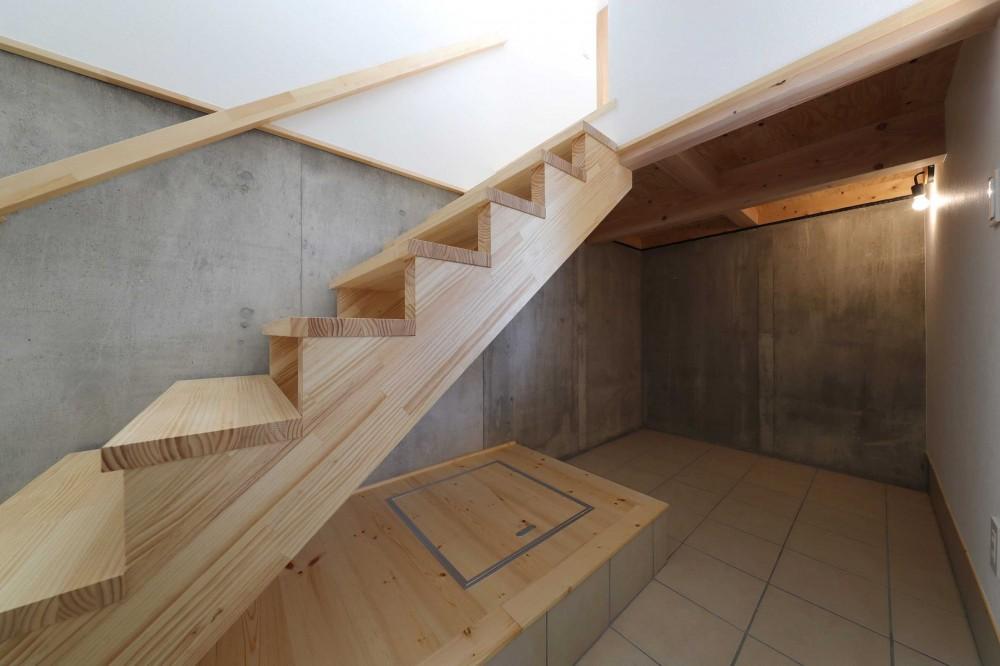傾斜地を活かしたスタジオルームのある家 (土間)