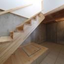 傾斜地を活かしたスタジオルームのある家の写真 土間