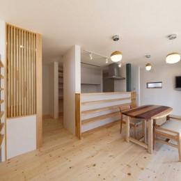 傾斜地を活かしたスタジオルームのある家 (LDK)