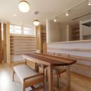 傾斜地を活かしたスタジオルームのある家の写真 ダイニング