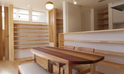 傾斜地を活かしたスタジオルームのある家 (ダイニング)