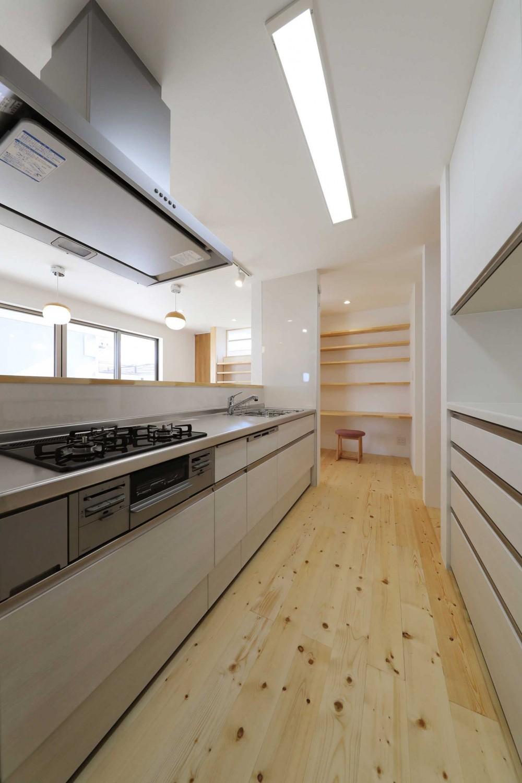 傾斜地を活かしたスタジオルームのある家 (キッチン)