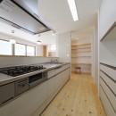傾斜地を活かしたスタジオルームのある家の写真 キッチン