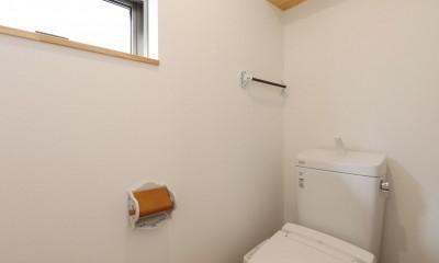 傾斜地を活かしたスタジオルームのある家 (トイレ)