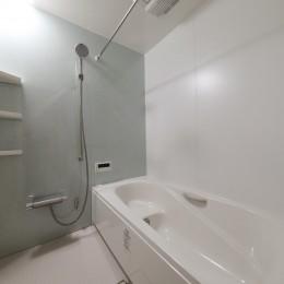 傾斜地を活かしたスタジオルームのある家 (浴室)