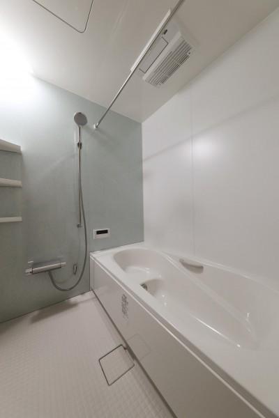 浴室 (傾斜地を活かしたスタジオルームのある家)