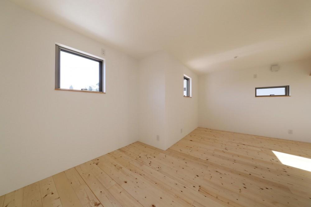 傾斜地を活かしたスタジオルームのある家 (子供部屋)