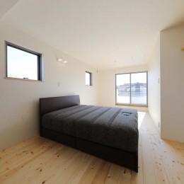 傾斜地を活かしたスタジオルームのある家 (主寝室)