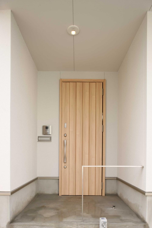 難条件の土地をメリットに変えた家 (玄関)