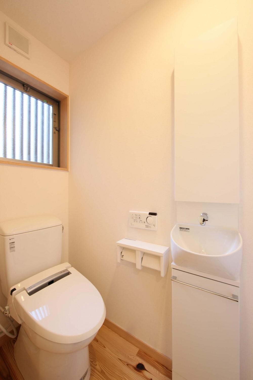 難条件の土地をメリットに変えた家 (トイレ)