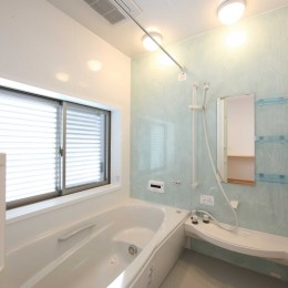 難条件の土地をメリットに変えた家 (浴室)