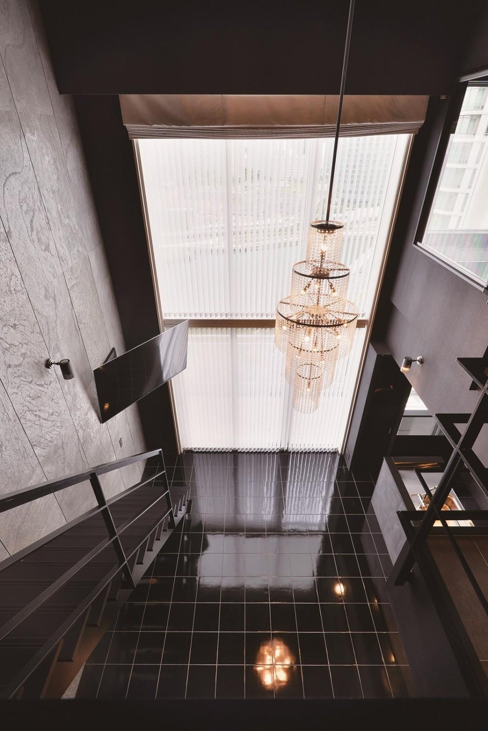 吹き抜け空間を中心としたフルリノベーション (2階から吹き抜け空間を眺める)