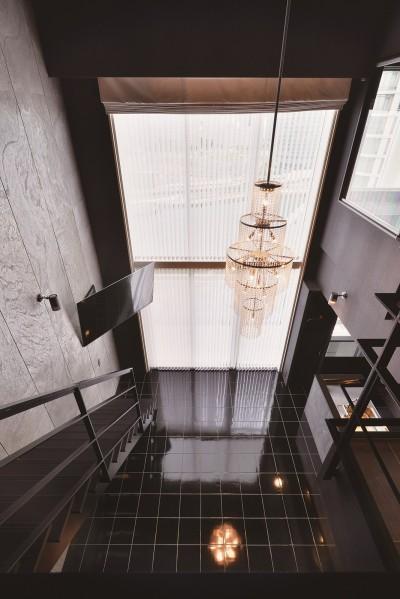 2階から吹き抜け空間を眺める (吹き抜け空間を中心としたフルリノベーション)