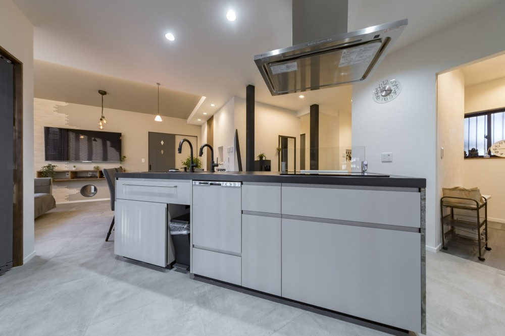 収納にこだわったプランで家事効率が劇的にアップ!アイランドキッチンが中心の快適空間 (大満足のアイランドキッチン)
