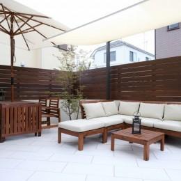 白いタイルテラス・ガーデンキッチンでアウトドアリビング (白いタイルデッキ)