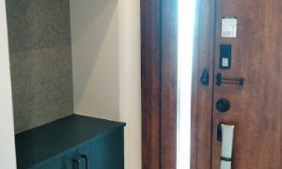 インダストリアルテイストをアクセントとして盛り込んだフルリノベーション (明るい玄関)