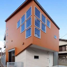 斬新なアイデアいっぱいの家。とことん色にこだわりました。 (外観)