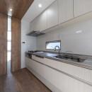 斬新なアイデアいっぱいの家。とことん色にこだわりました。の写真 キッチン