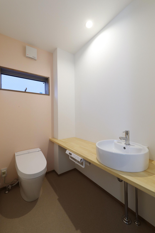 バス/トイレ事例:トイレ(斬新なアイデアいっぱいの家。とことん色にこだわりました。)
