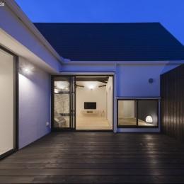 平屋デザインの家 OUCHI-41 (中庭夕景)