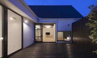 中庭夕景|平屋デザインの家 OUCHI-41