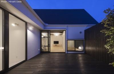 中庭夕景 (平屋デザインの家 OUCHI-41)