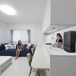 事務所から居住スペースに。高さを活かしたスケルトンリフォーム (対面キッチンでご家族と会話を楽しめるキッチン)