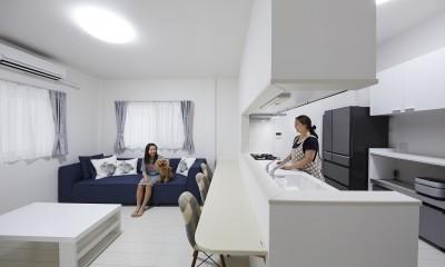 対面キッチンでご家族と会話を楽しめるキッチン|事務所から居住スペースに。高さを活かしたスケルトンリフォーム