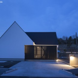平屋デザインの家 OUCHI-41 (外観夕景)