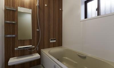 事務所から居住スペースに。高さを活かしたスケルトンリフォーム (広々としたバスルームで安らぎのひととき)