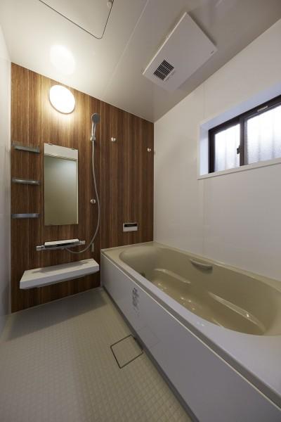 広々としたバスルームで安らぎのひととき (事務所から居住スペースに。高さを活かしたスケルトンリフォーム)