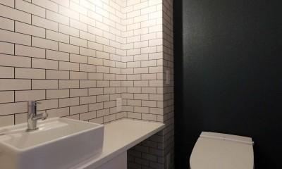 大きな時計が映えるアメリカンビンテージのリノベーション (トイレ)