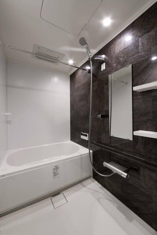 大きな時計が映えるアメリカンビンテージのリノベーション (浴室)