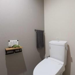 こだわり素材をふんだんに使用した落ち着きのあるリノベーション (トイレ)