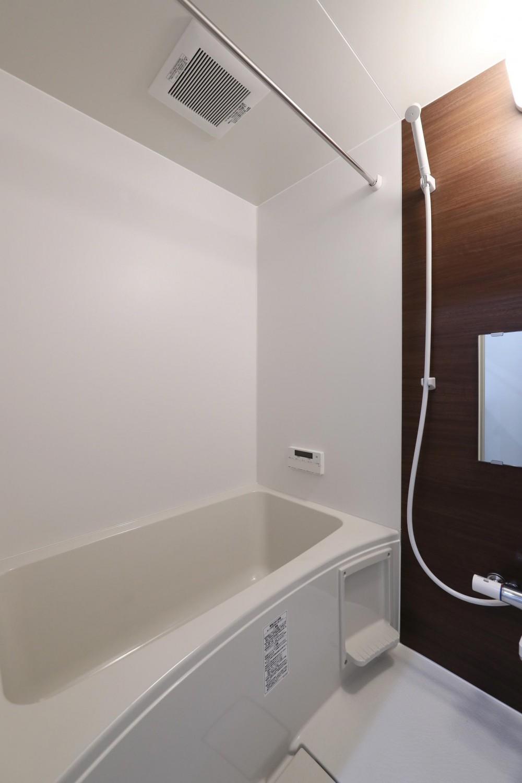 こだわり素材をふんだんに使用した落ち着きのあるリノベーション (浴室)