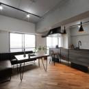 存在感のあるキッチンを中心としたヴィンテージテイストのリノベーションの写真 LDK