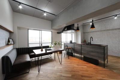 存在感のあるキッチンを中心としたヴィンテージテイストのリノベーション (LDK)