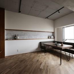 存在感のあるキッチンを中心としたヴィンテージテイストのリノベーション (リビング・ダイニング)