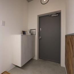 存在感のあるキッチンを中心としたヴィンテージテイストのリノベーション (玄関)