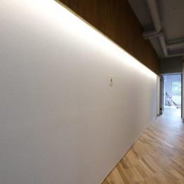 存在感のあるキッチンを中心としたヴィンテージテイストのリノベーション (廊下)