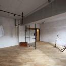 存在感のあるキッチンを中心としたヴィンテージテイストのリノベーションの写真 洋室16帖