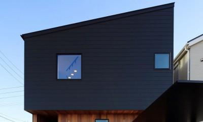絵画のように窓を眺める家。夏に花火を見るため大きな窓をつけました。