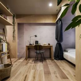 リノベーション住戸の木に馴染む壁紙 (居室)