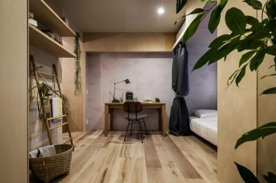 居室 (リノベーション住戸の木に馴染む壁紙)