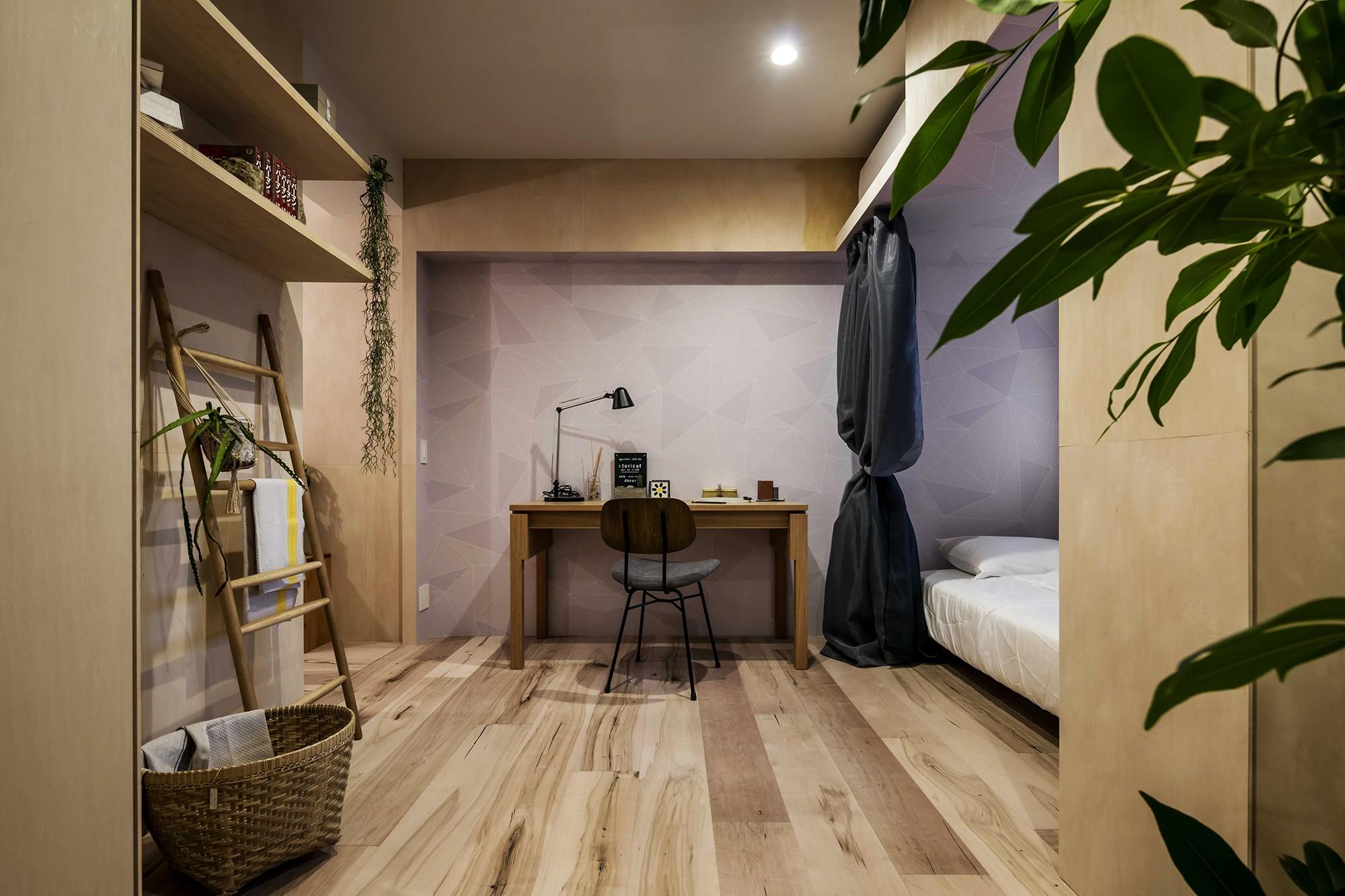 居室 リノベーション住戸の木に馴染む壁紙 ベッドルーム事例