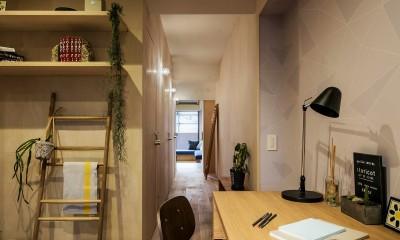 リノベーション住戸の木に馴染む壁紙 (廊下部分)