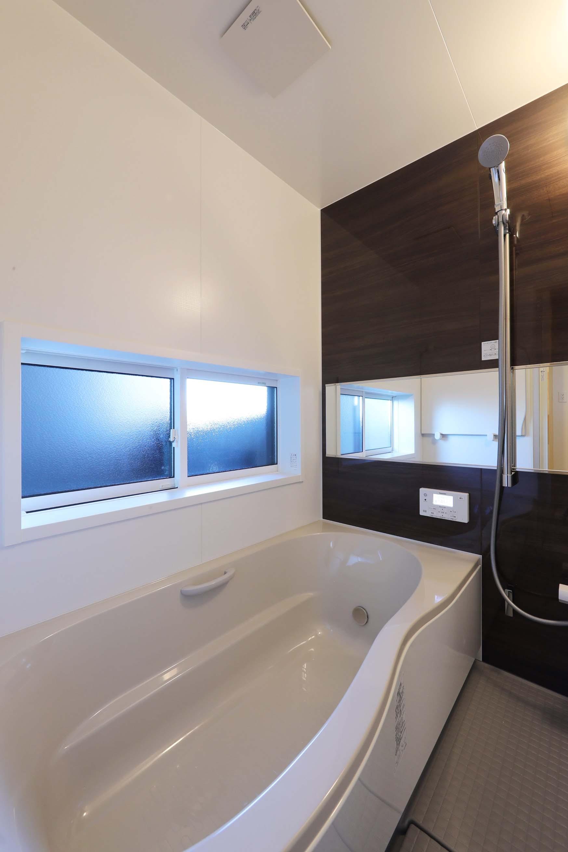 バス/トイレ事例:浴室(絵画のように窓を眺める家。夏に花火を見るため大きな窓をつけました。)