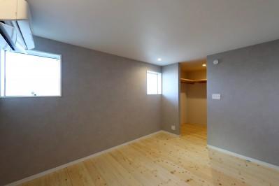 主寝室 (絵画のように窓を眺める家。夏に花火を見るため大きな窓をつけました。)